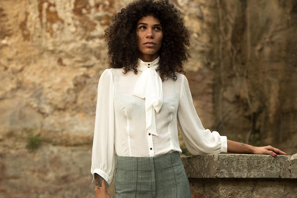 Blusa Akanke con lazada en el cuello y botones vintage de IO DREAMS moda sostenible