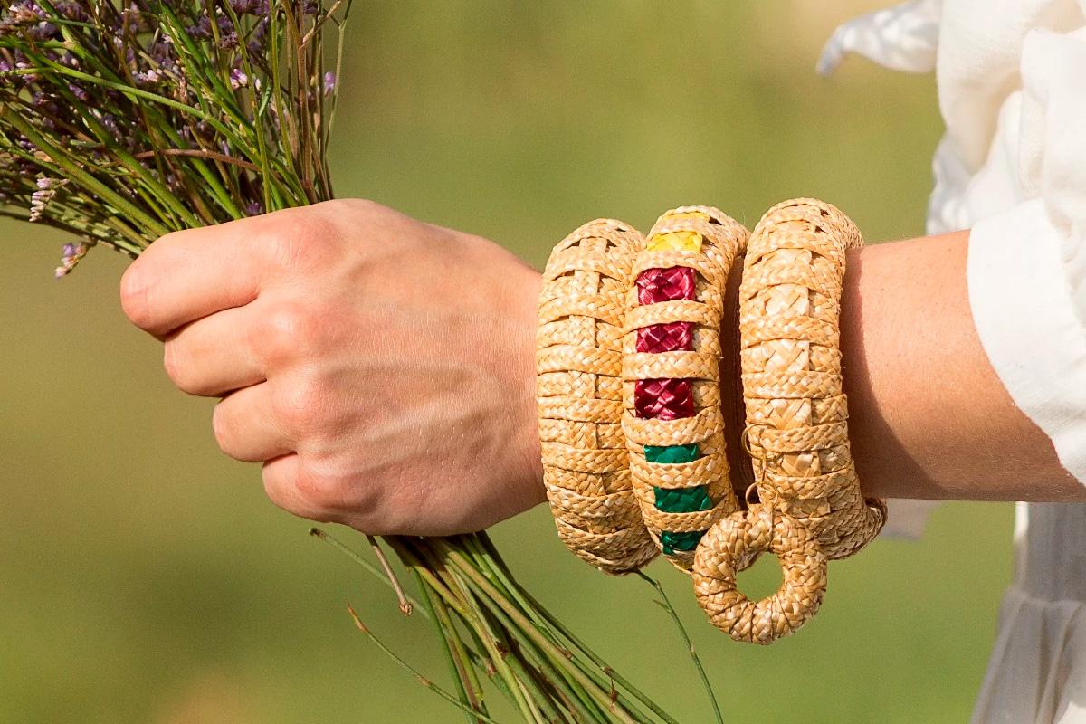 Pulsera cruz de paja natural artesana de Zahati