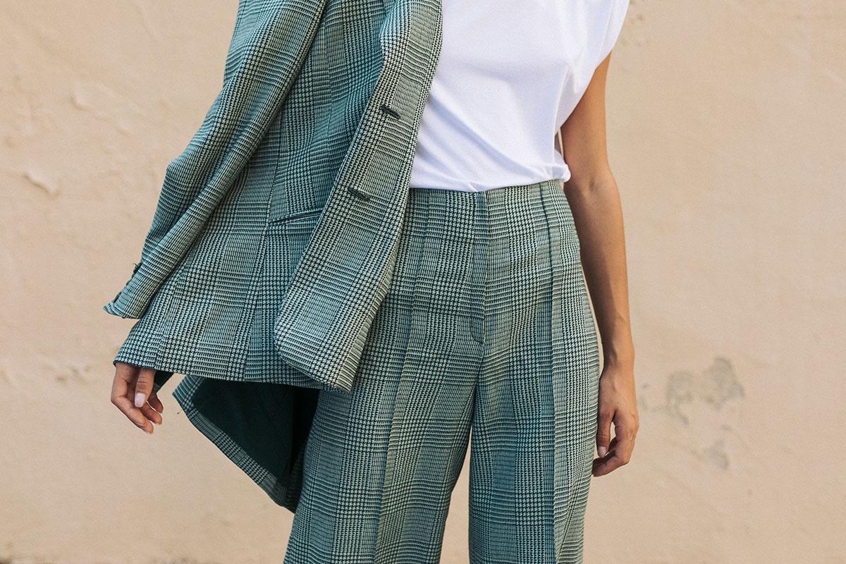 Detalle chaqueta y bermuda en cuadros vichy de IO DREAMS moda sostenible made in Spain