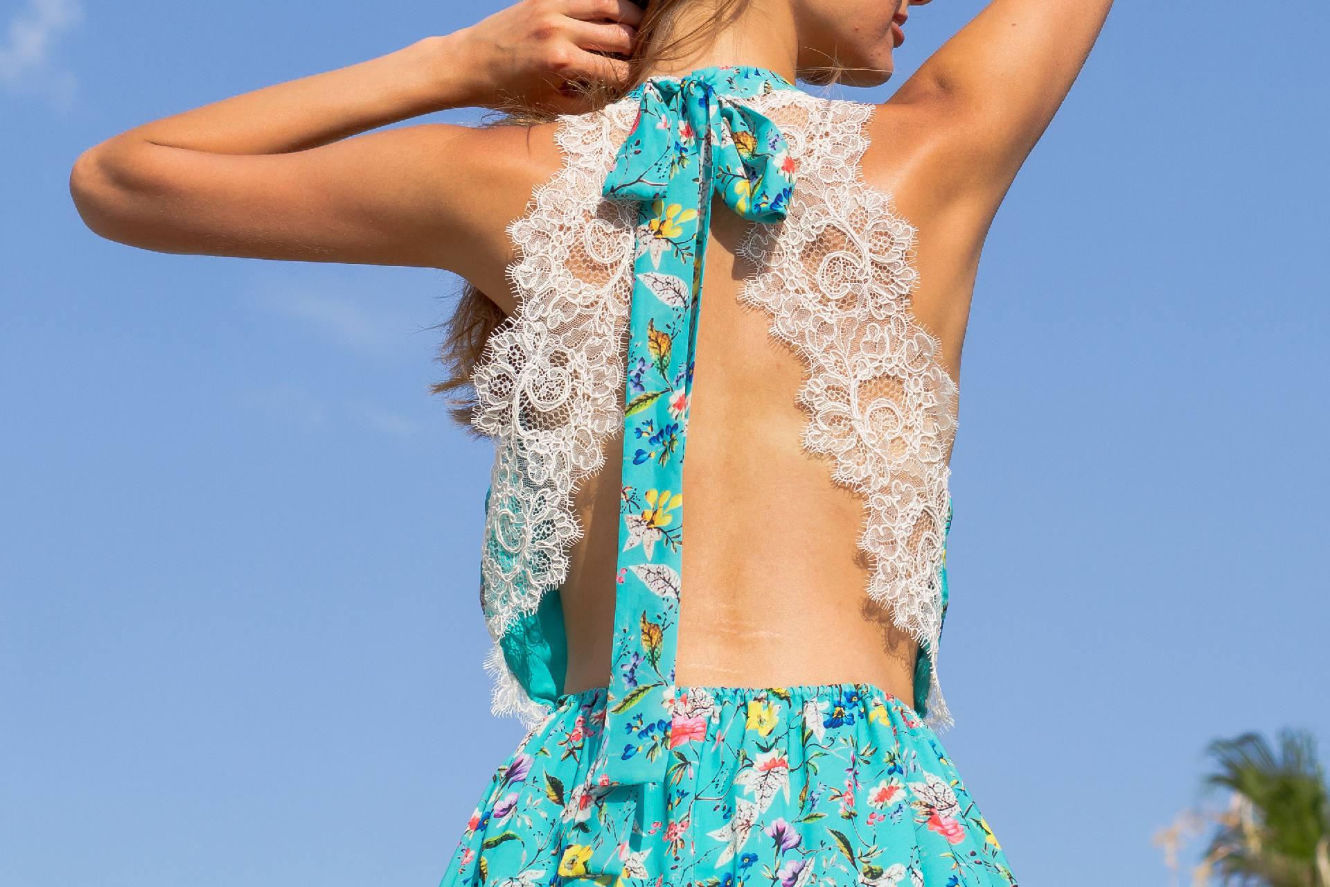 Detalle espalda con encaje maxi vestido con cuello halter