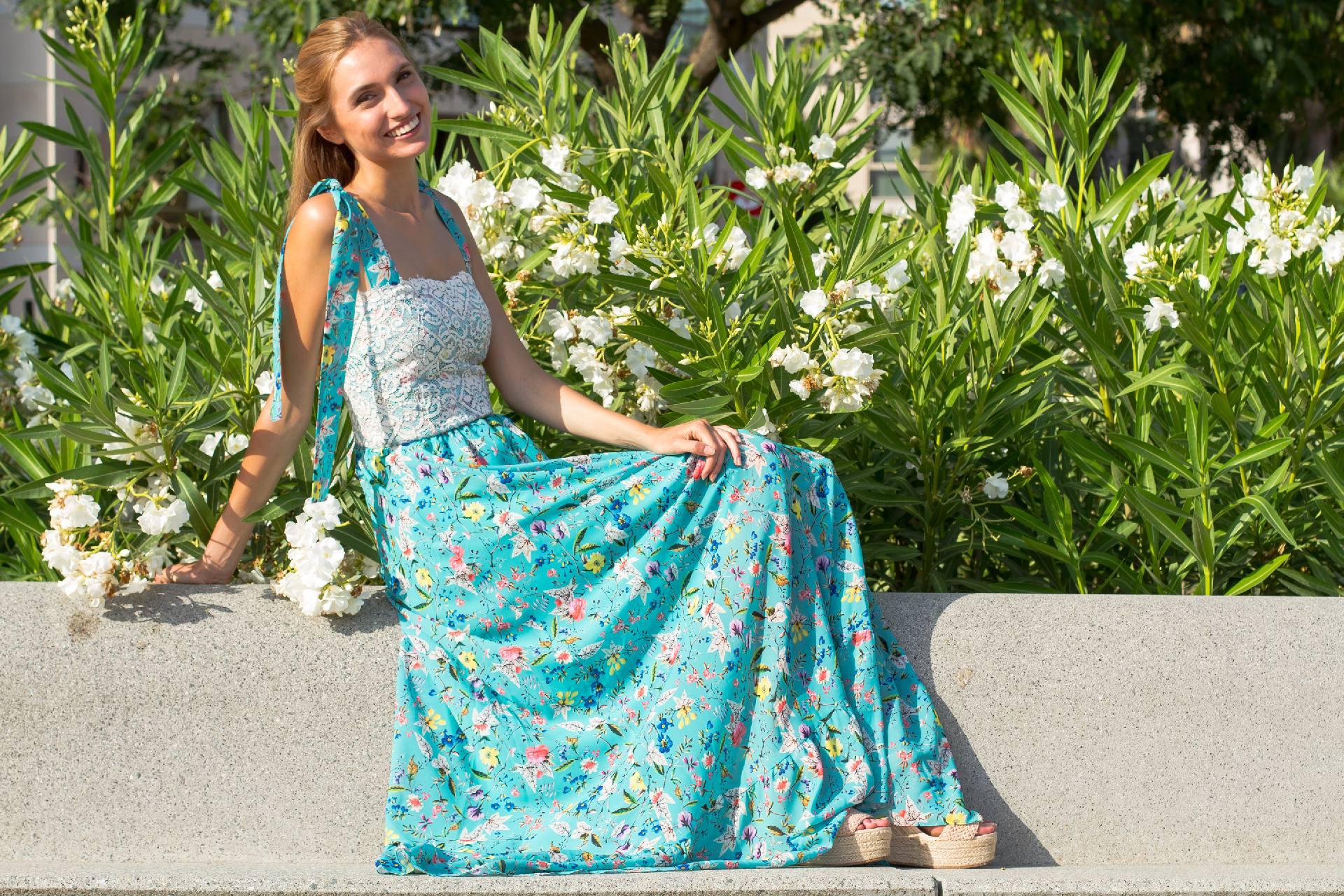 Maxi vestido Santorini de georgette azul con estampado floral y cuerpo de encaje en blanco