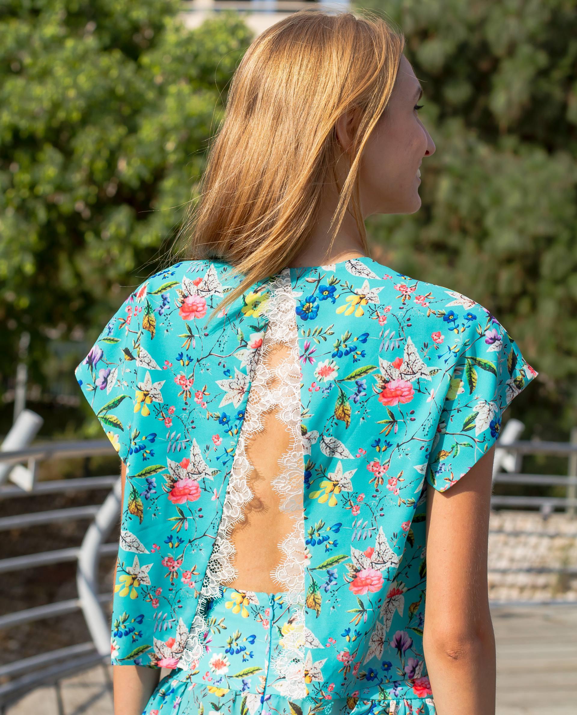 Detalle espalda top estampado floral azul
