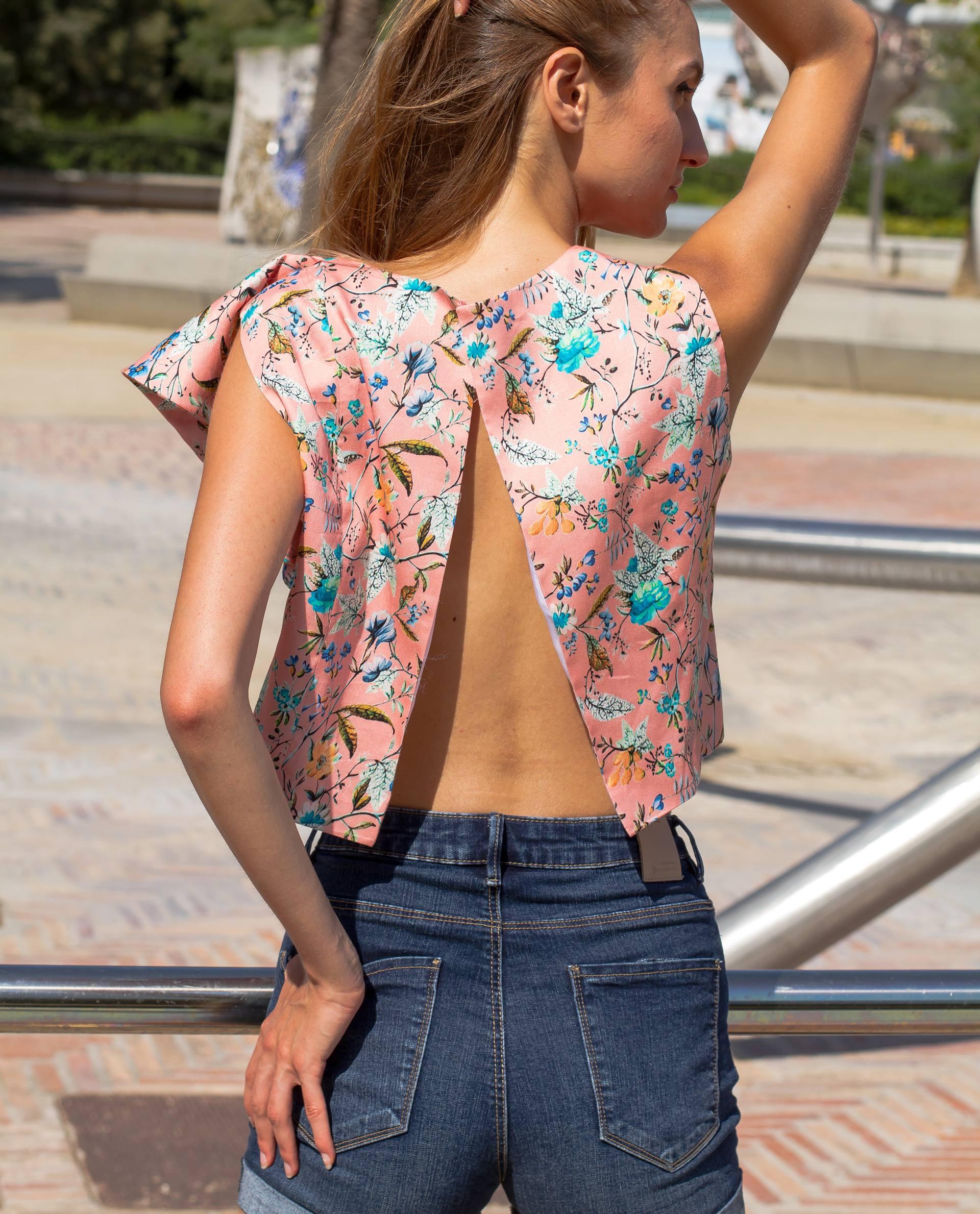 Detalle de la espalda abierta desde la base del cuello.