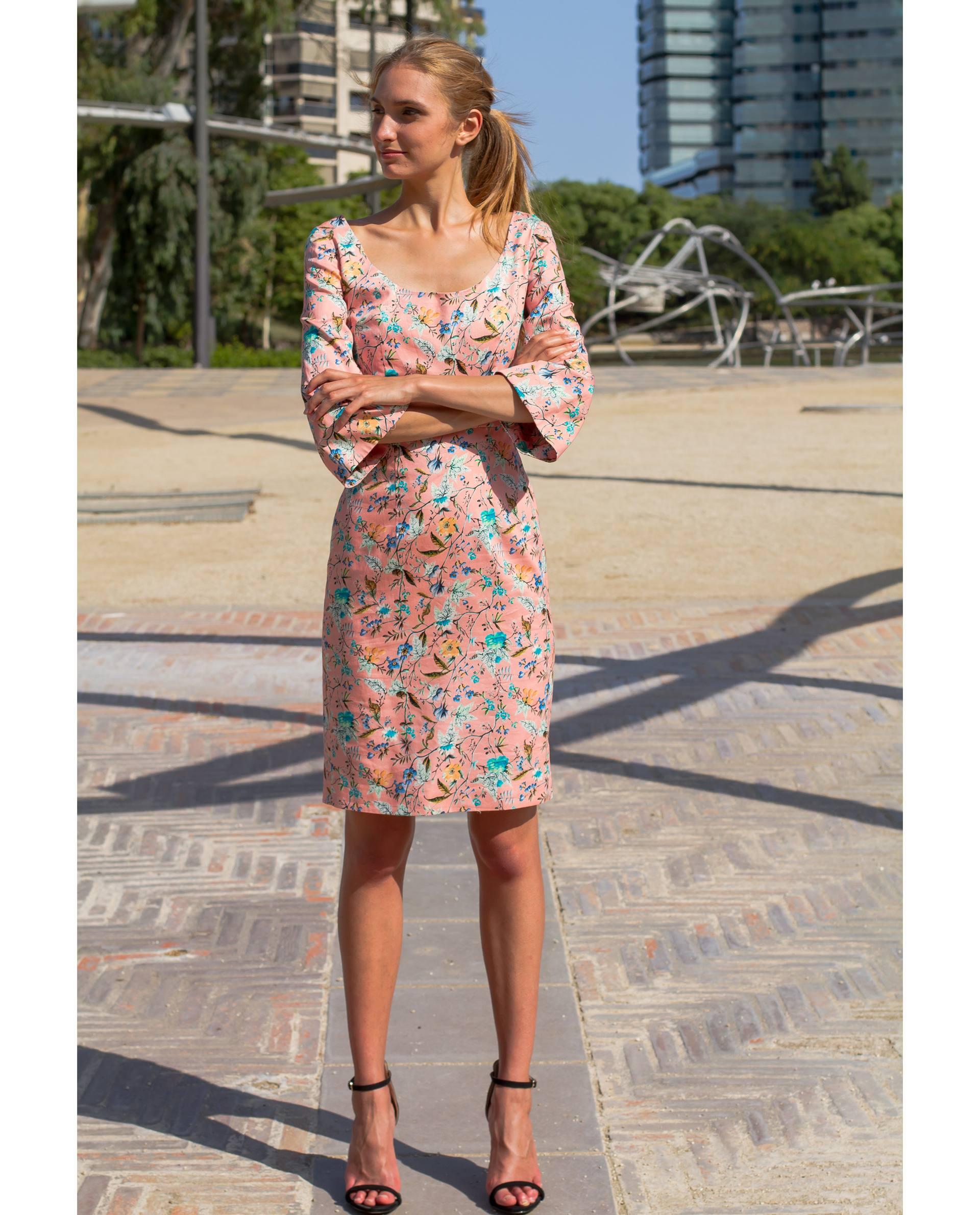 vestido midi clásico con escote en pico