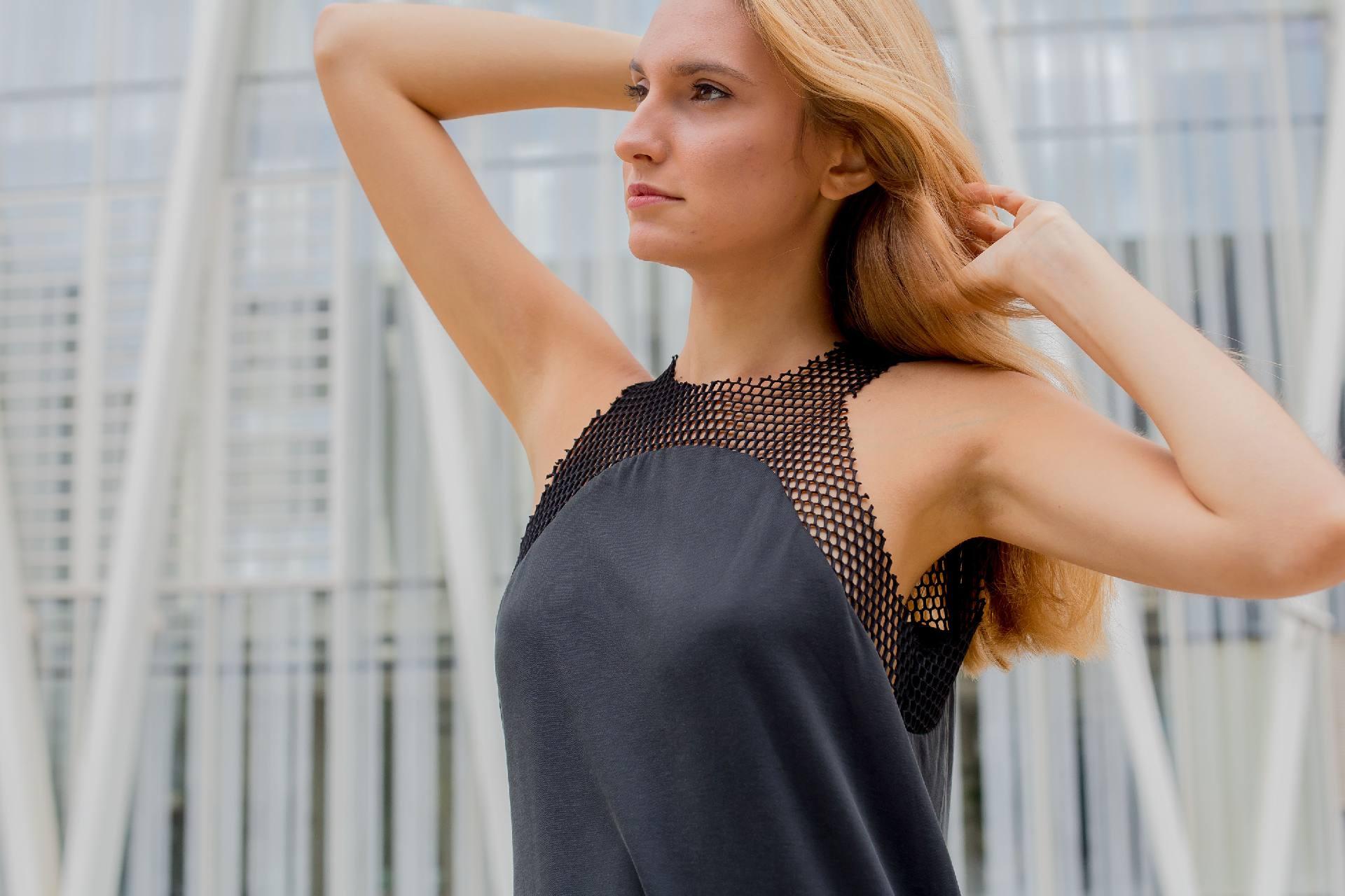Detalle cuerpo vestido con remate de red sobre escote
