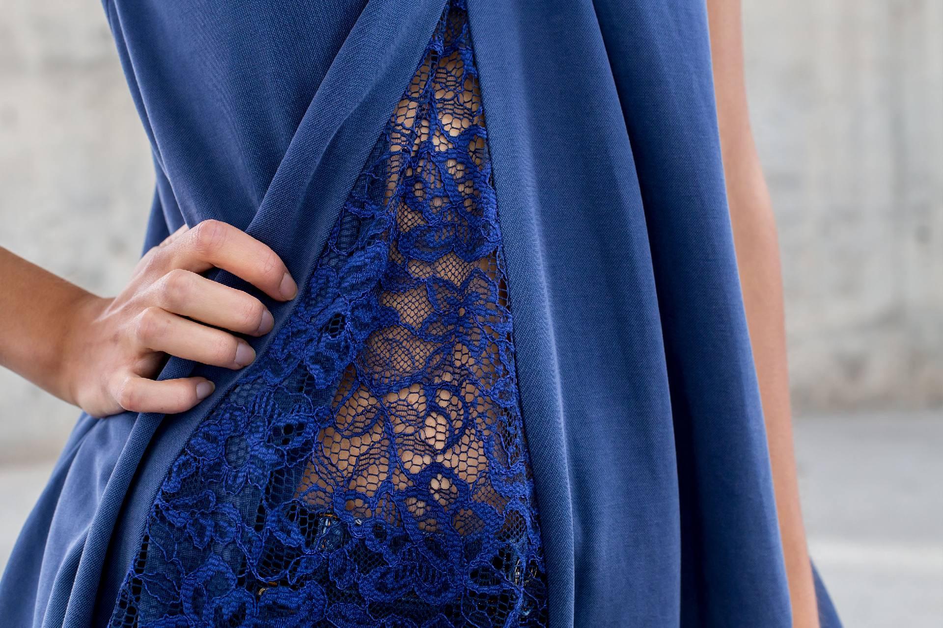 Detalle lateral con encaje azul índigo