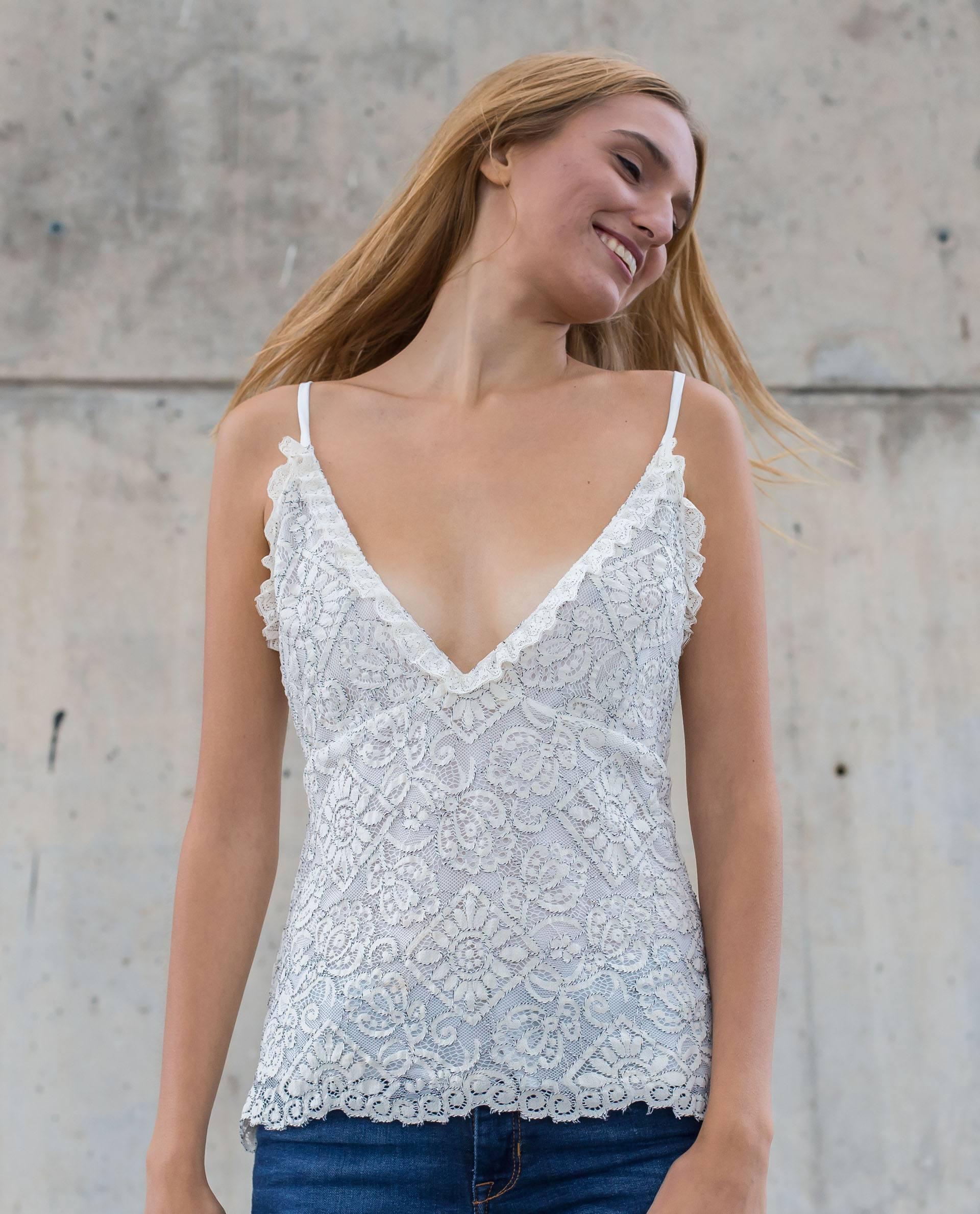 PRÊT À PORTER-SPRING/SUMMER 2018 - TOPS - Top blanco de encaje con tirante y escote en v
