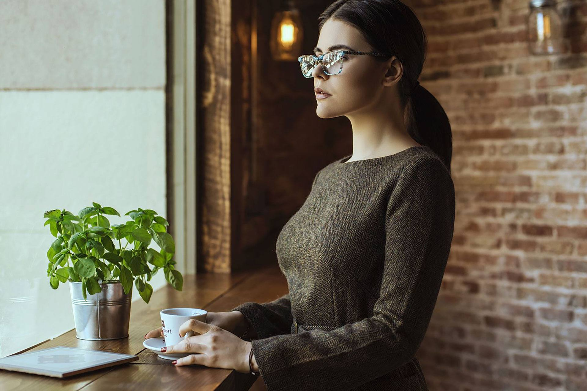 Vestido lana marrón cuello caja midi