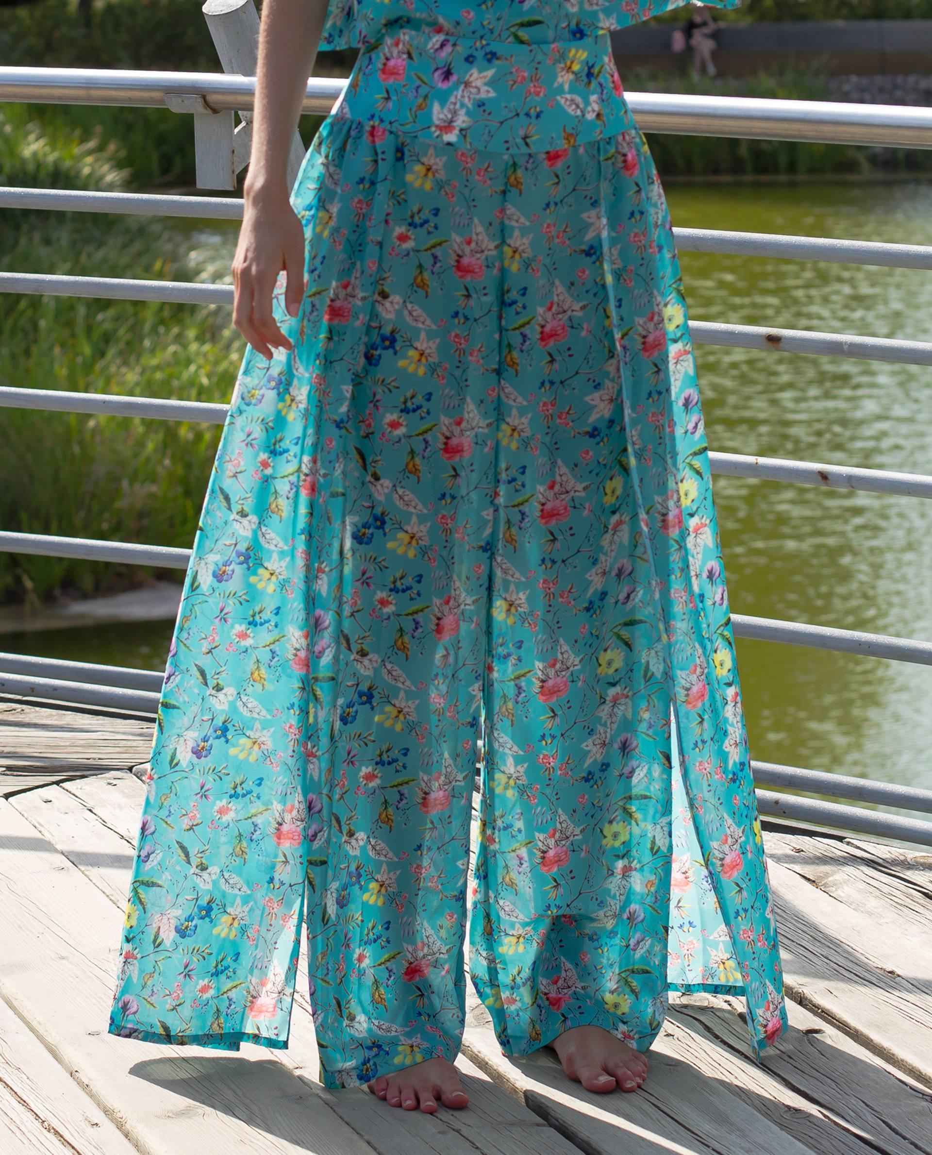 Pantalón ligero y ancho con sobre falda en georgette azul estampado floral
