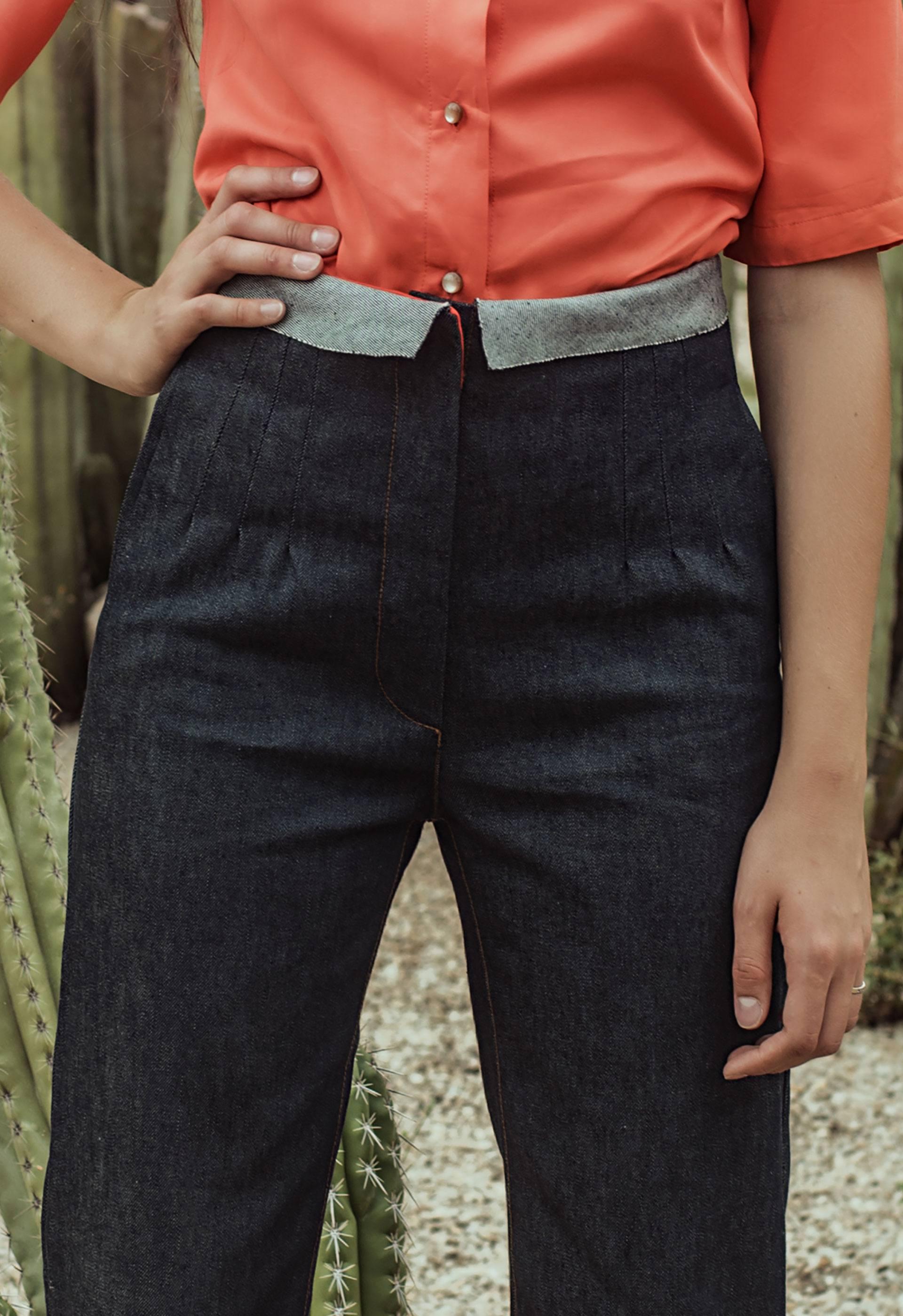 Detalle de las pinzas del pantalón tejano Ara de IO DREAMS