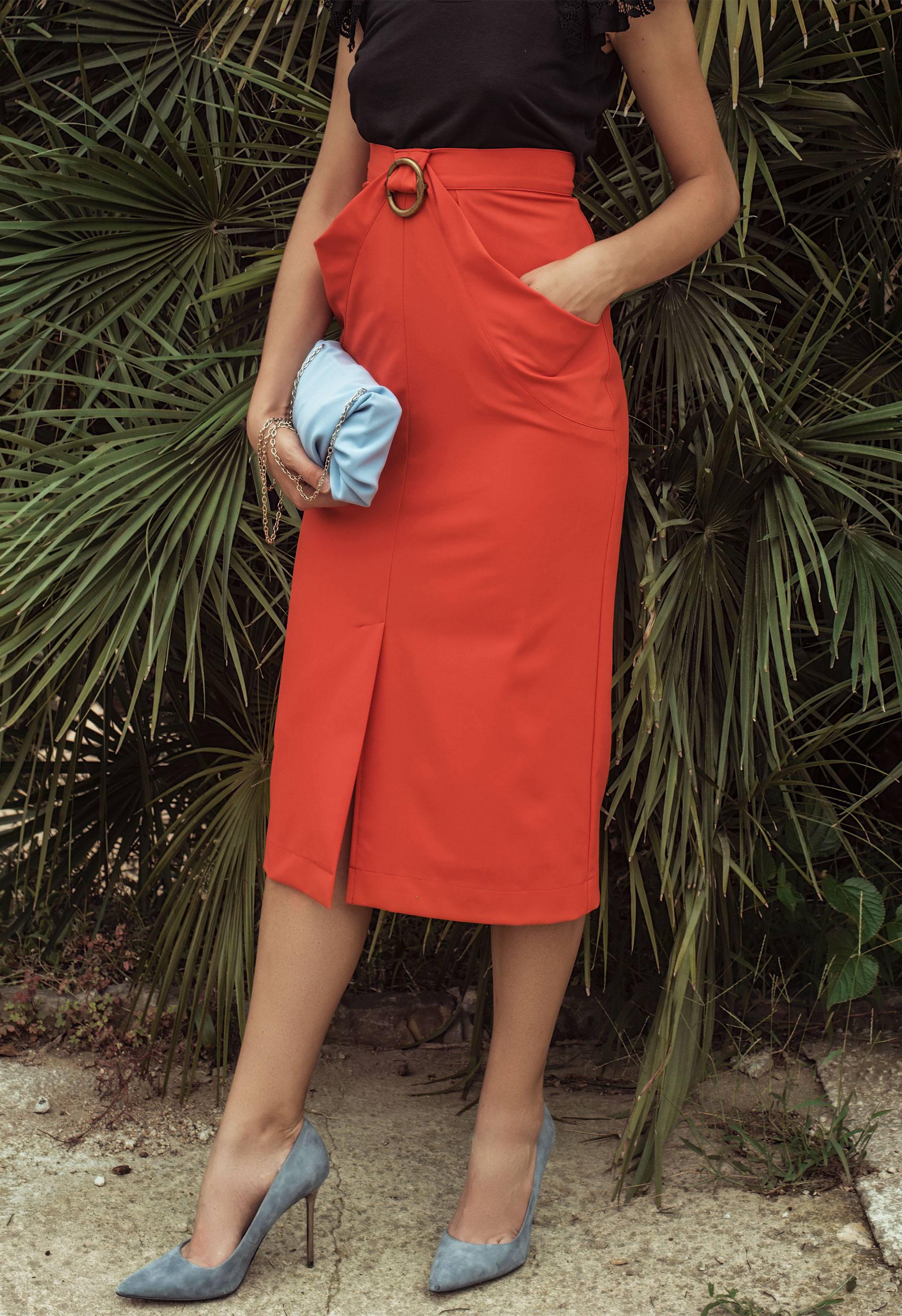 Combina esta falda midi roja con lo que más te guste