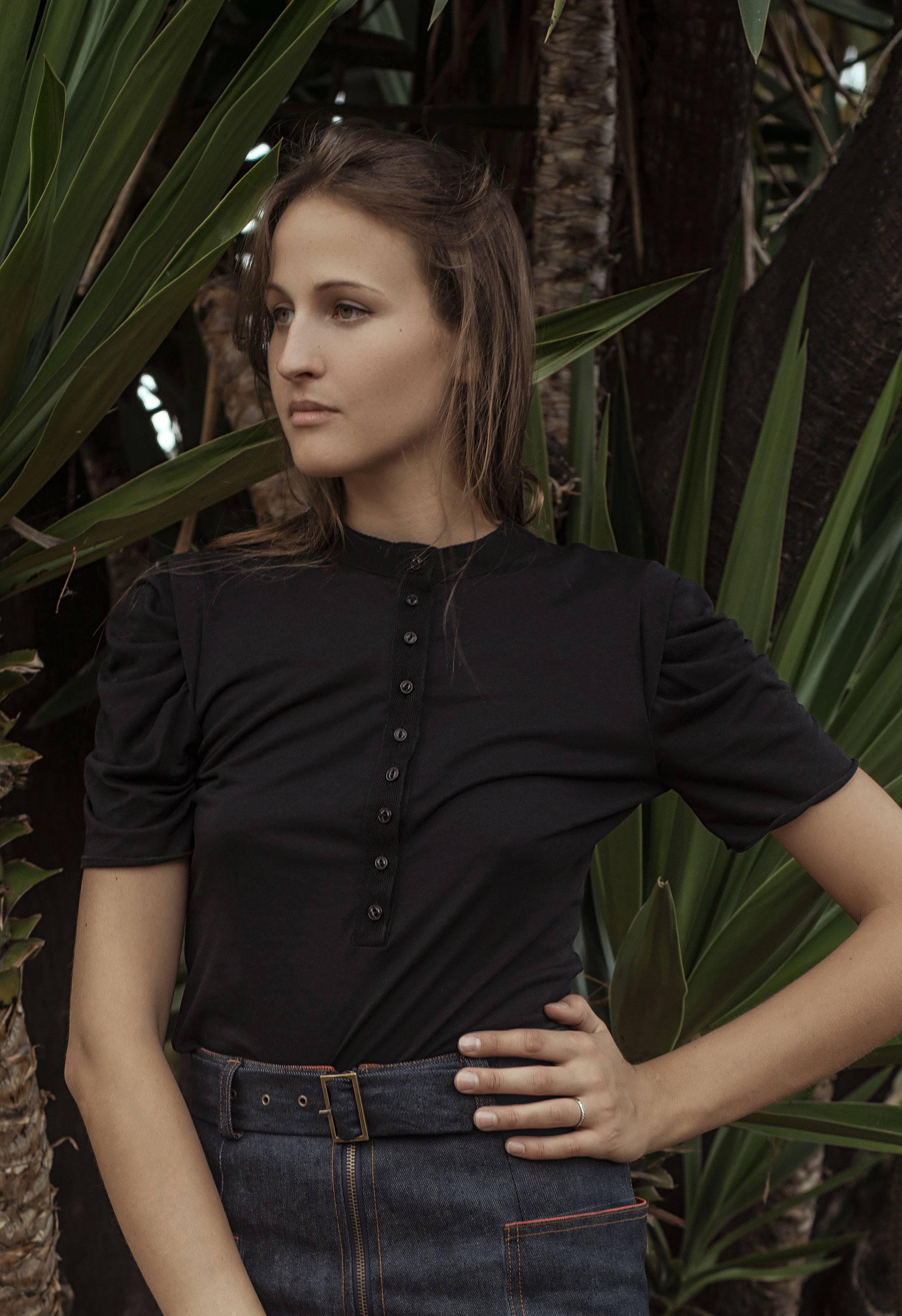 PRÊT À PORTER-BÁSICOS - TOPS, CAMISAS, BLUSAS - camiseta negra vintage con cuello caja abotonado IO DREAMS