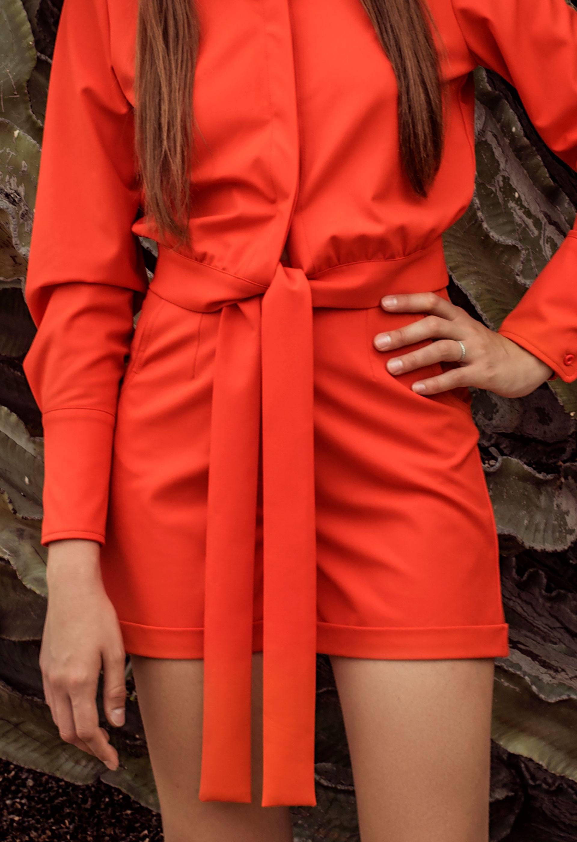 Pantalón corto con dobladillo tipo tejano naranja