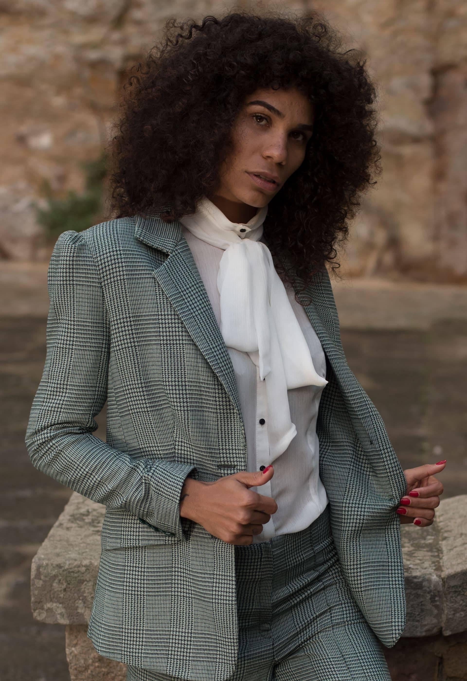 Conjunto de traje de chaqueta de cuadros vichy en tonos verdes con camisa blanca de lazo