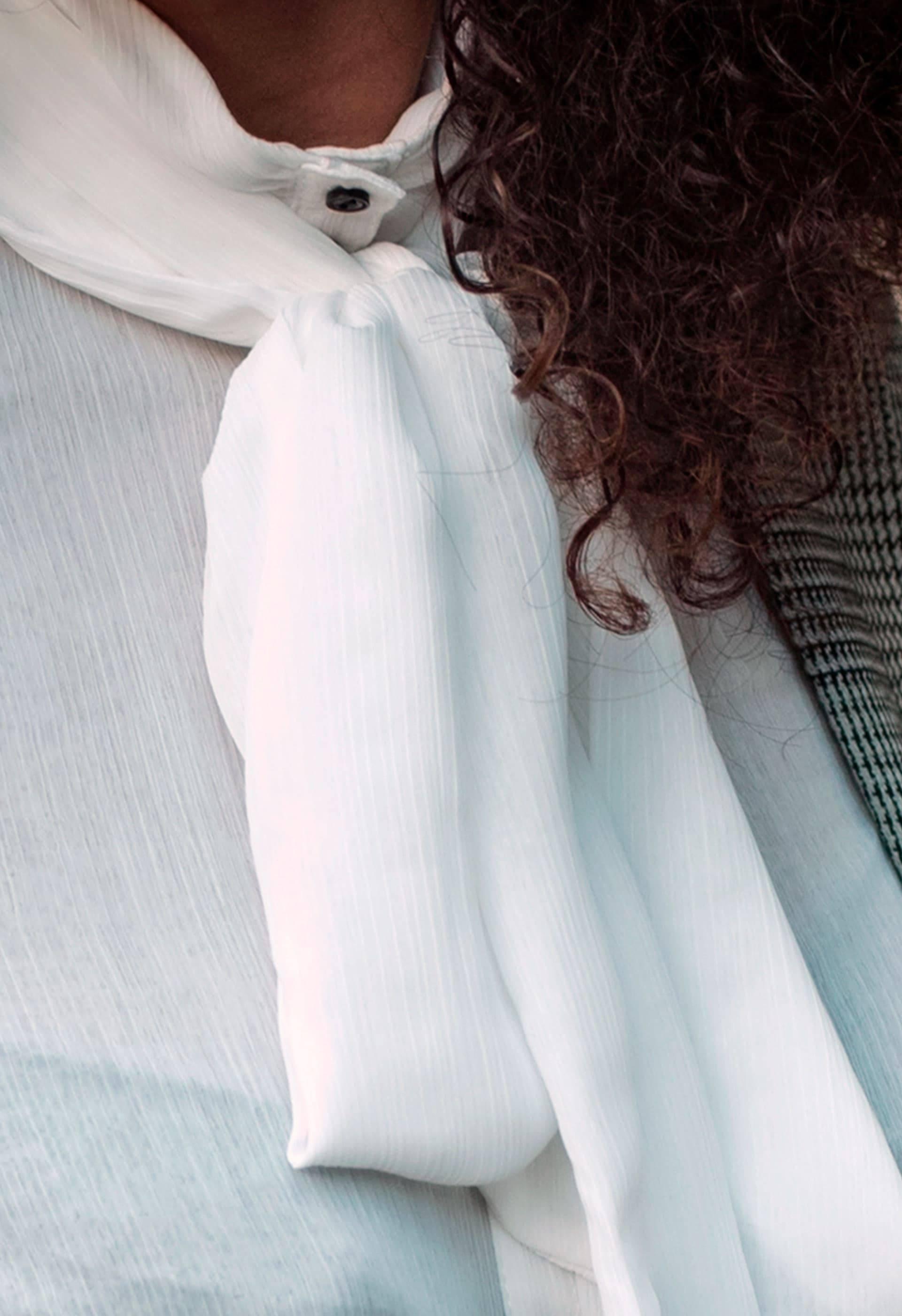 Detalle de la blusa Akanke de bambula blanca