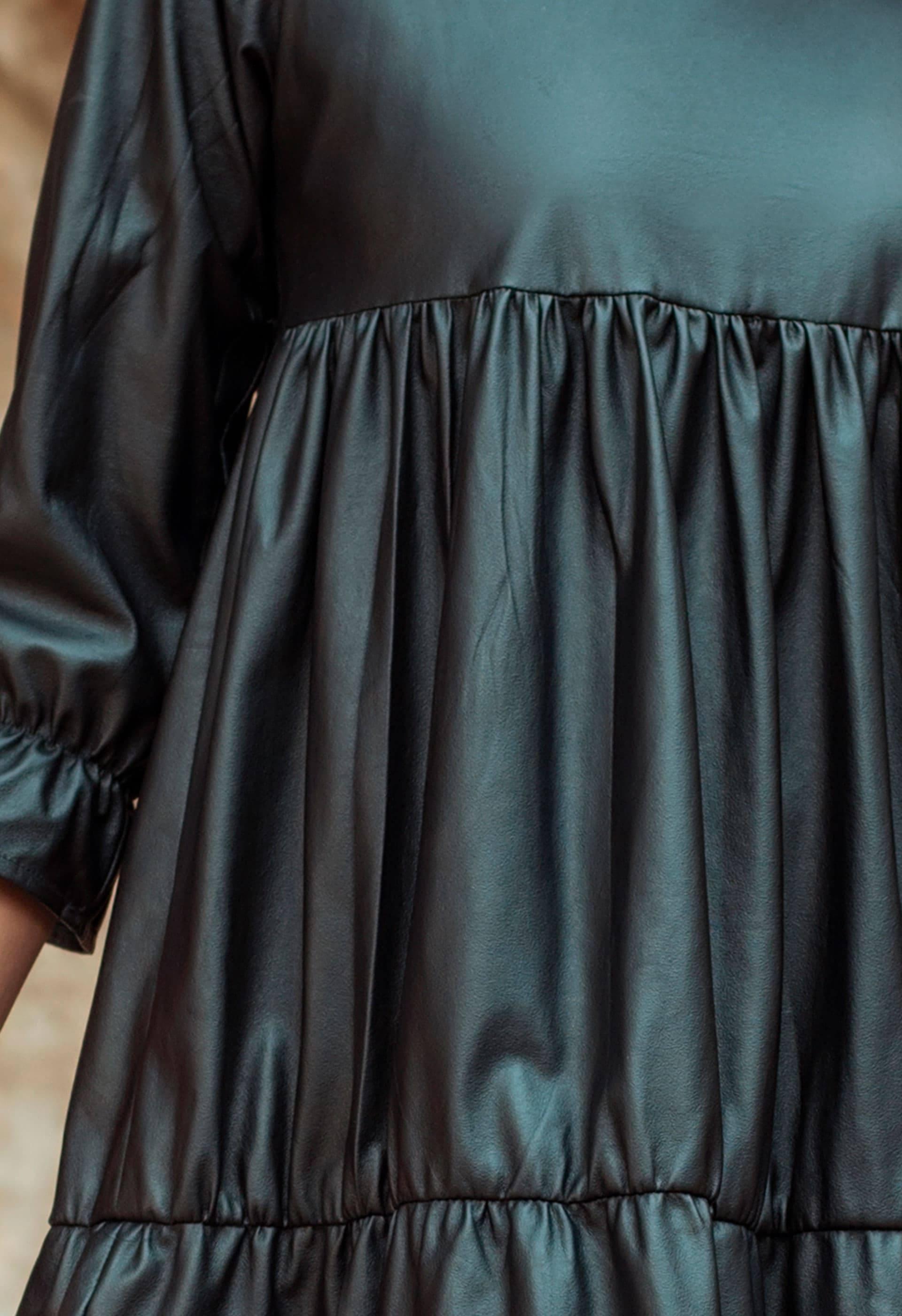 Detalle del tejido simil piel del vestido IO DREAMS