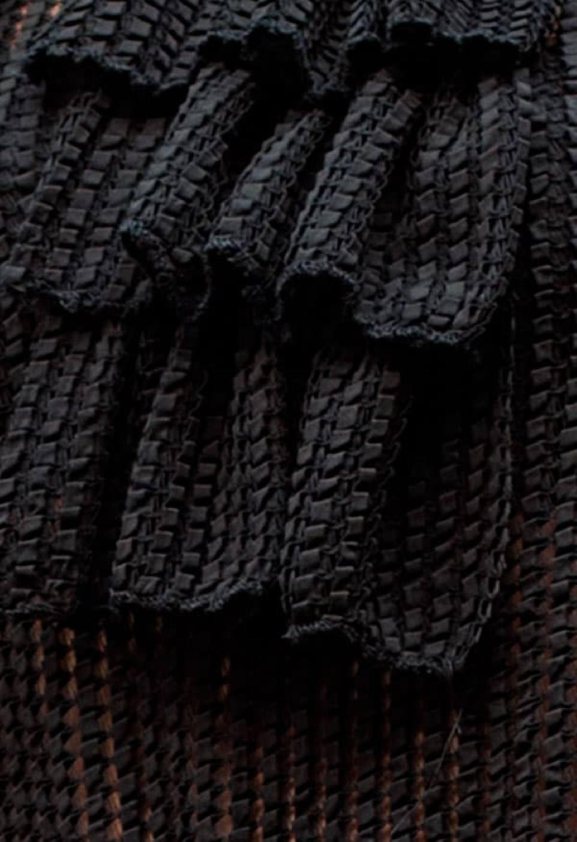 Detalle tejido blusa chorreras negras