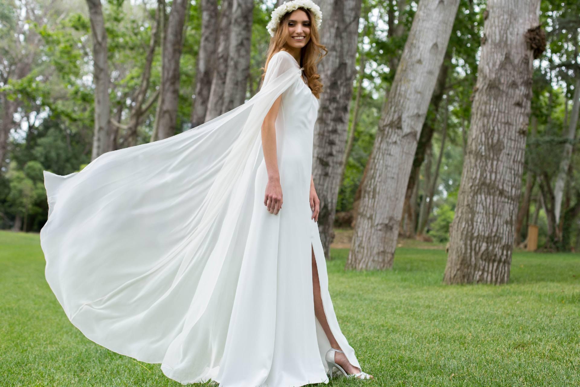 Detalle vestido novia Rebeca con capa Nelda