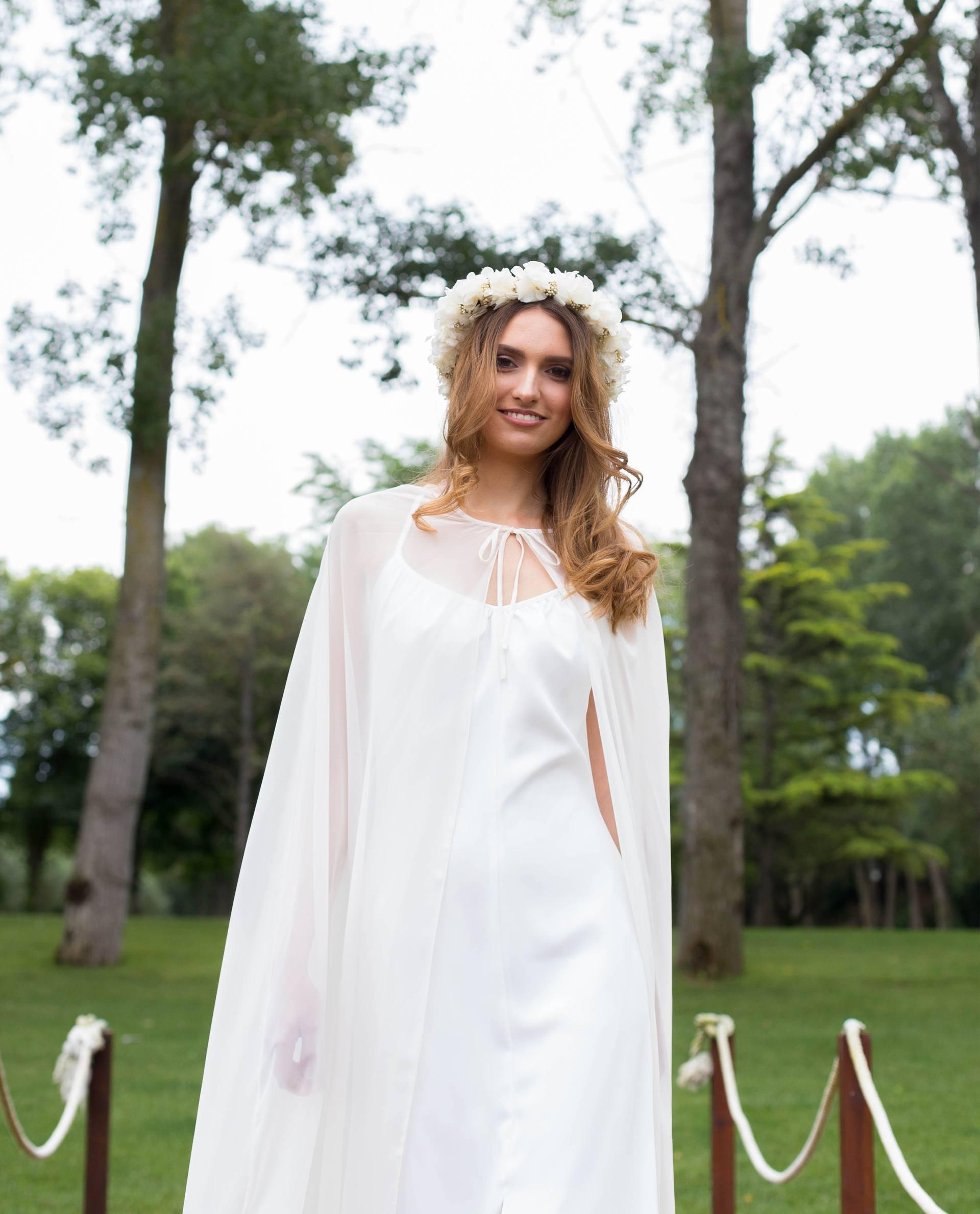 BRIDAL-NATURE 2018/19 - ACCESORIOS - Detalle capa Nelda sobre vestido de novia Rebeca