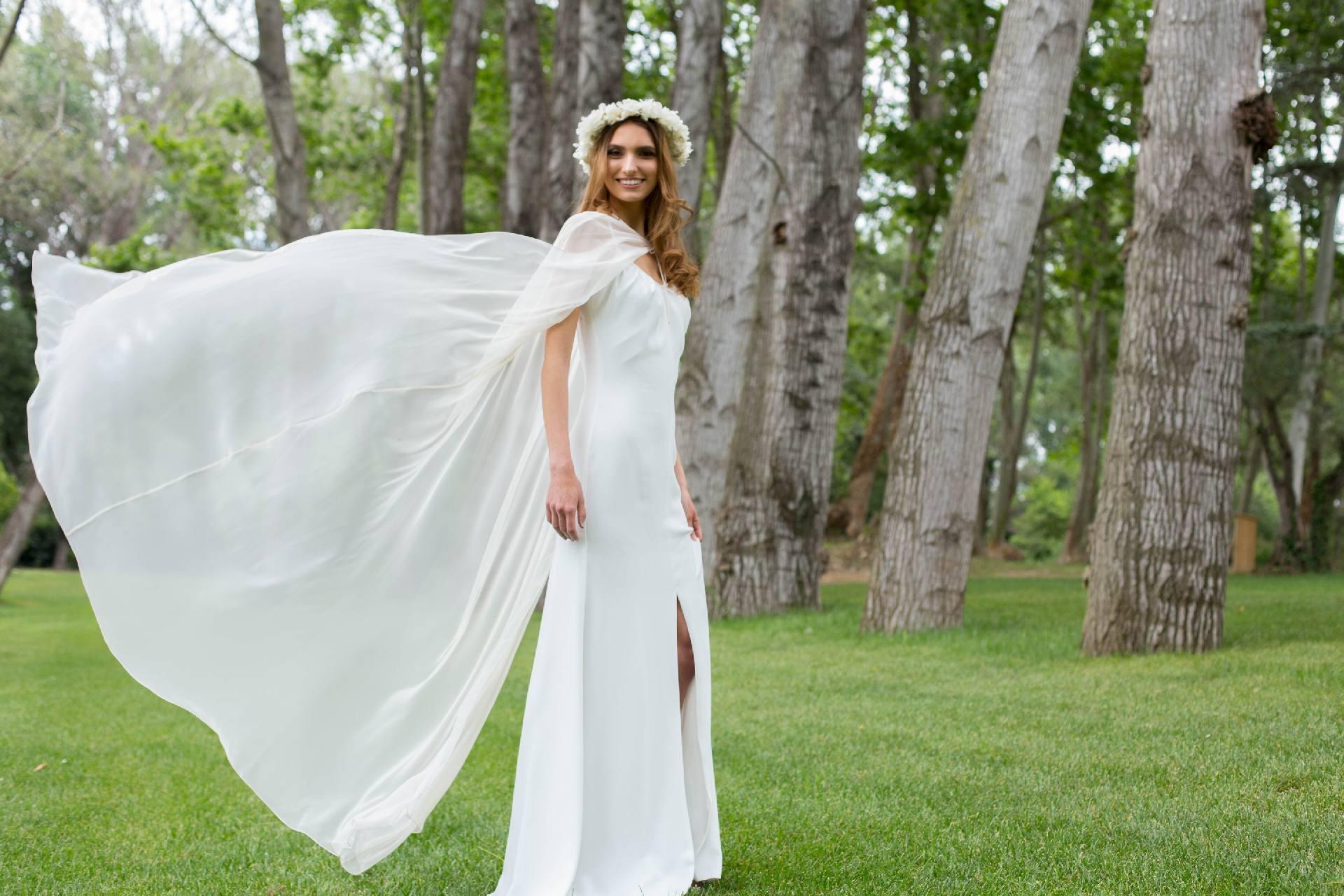 Capa Nelda sobre vestido de novia Rebeca