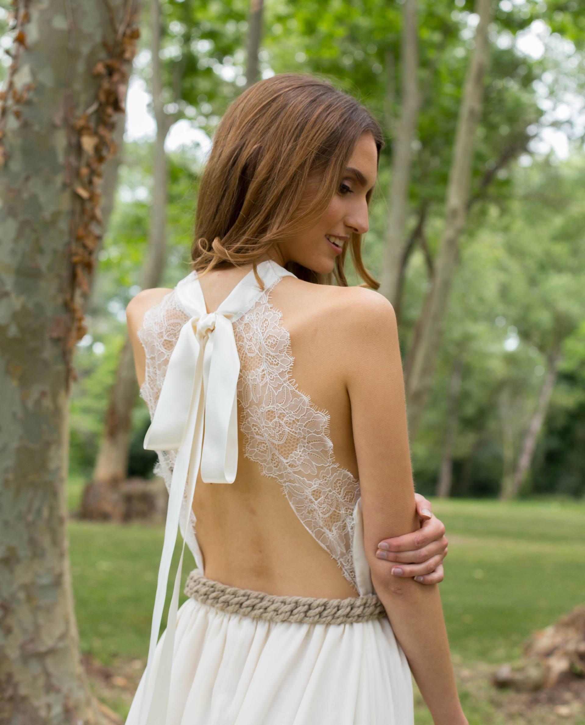 Detalle espalda abierta con encaje vestido novia Ángela
