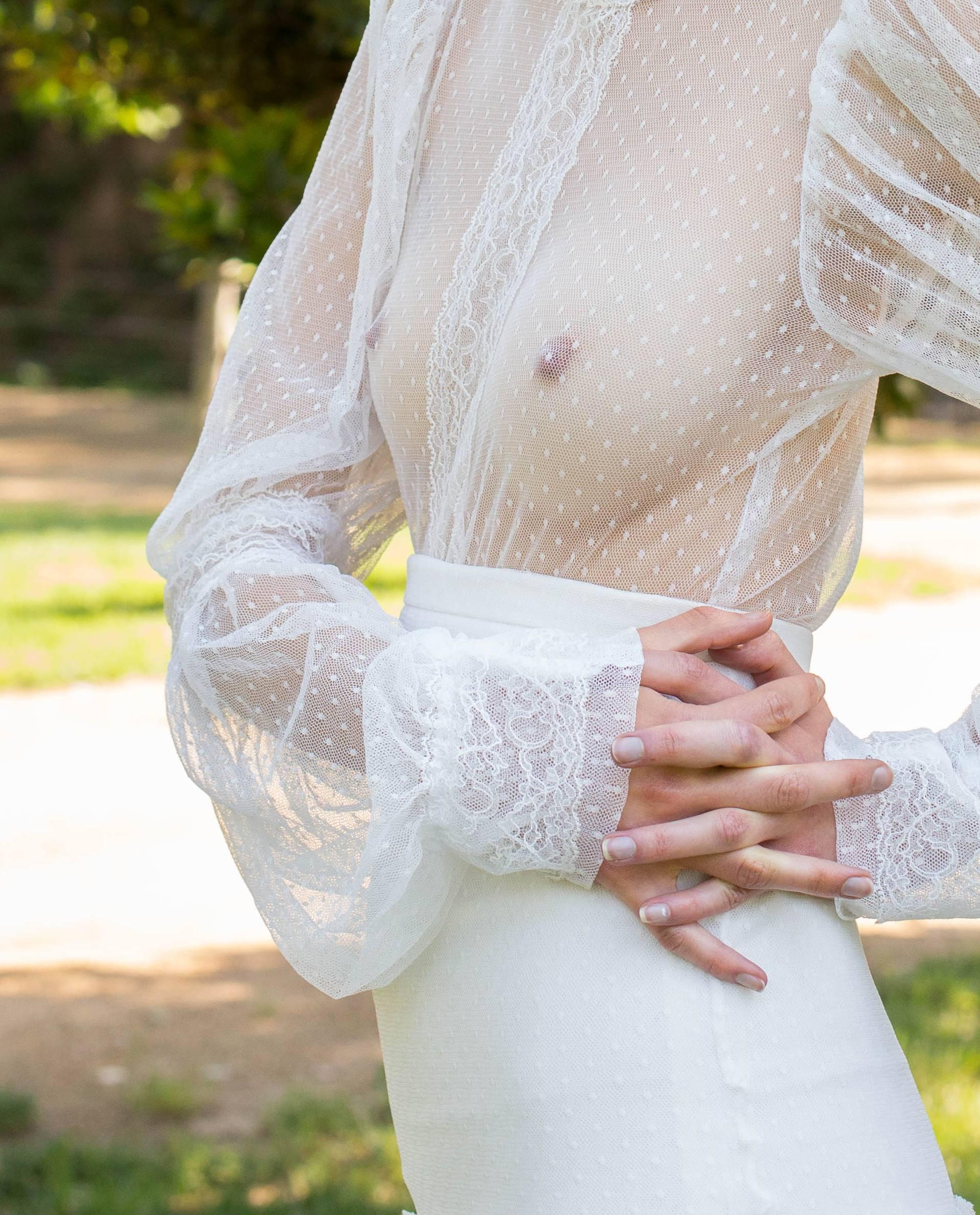 detalle blusa Victoria de plumeti con aplicaciones de encaje y mangas amplias